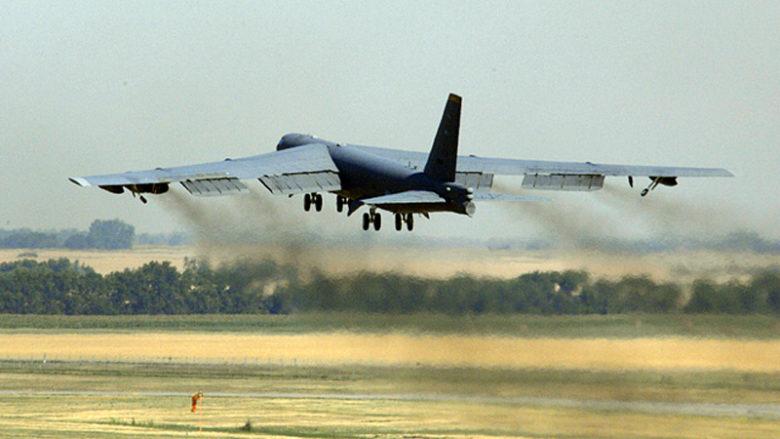 Bombardér B-52H odlétá v roce 2007 na základnu Minot Air Force; Foto: Christopher Boitz / Wikimedia Commons
