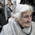 ZVRÁCENOST: Piráti chtějí společné hroby pro osamělé seniory