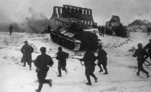 Sovětská pěchota útočící s podporou tanků T-34 u města Kalač; Foto: Wikimedia Commons