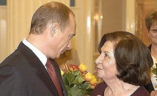 Ruský prezident Vladimir Putin a Goar Vartanjanová v roce 2005; Foto: kremlin.ru / Wikimedia Commons