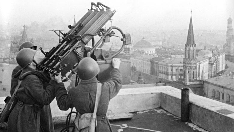 Protiletadlová obrana na střeše hotelu Moskva; Foto: Oleg Knorrin (RIA Novosti) / Wikimedia Commons
