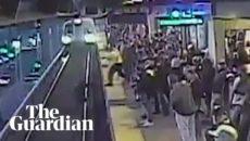 VIDEO: Železničář zachránil v poslední chvíli cestujícího, který spadl do kolejiště