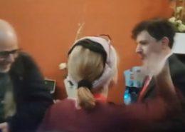 VIDEO: Novinářka Deníku N Petra Procházková fyzicky napadla redaktora serveru Sputnik