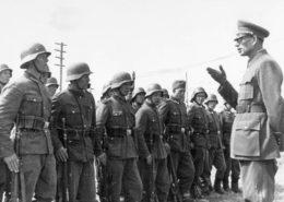 Generál Vlasov před vojáky tzv. Ruské osvobozenecké armády; Foto: Deutsches Bundesarchiv / Wikimedia Commons