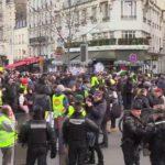 ŽIVĚ/VIDEO: Žluté vesty opět protestují v Paříži na podporu generální stávky