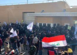 VIDEO: Rozzuřený dav v Bagdádu prolomil bránu americké ambasády, na místě se střílí