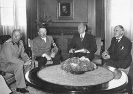 Mnichovská konference 29.9.1938: Mussolini, Hitler, překladatel Dr. Paul Otto G. Schmidt a Chamberlain; Foto: Bundesarchiv / Wikimedia Commons