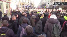 ŽIVĚ/VIDEO: Žluté vesty pokračují v Paříži v protestech proti penzijní reformě