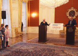 Prezident Miloš Zeman předává Fondu ohrožených dětí dva miliony korun; Foto: Profil prezidenta na sociální síti