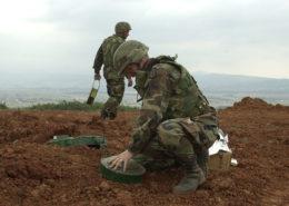 Odstraňování nášlapných min; Foto: Americká armáda / Wikimedia Commons