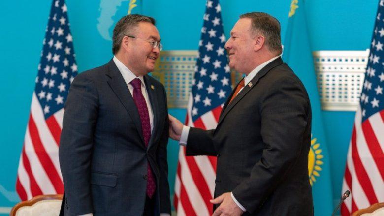 Kazašský ministr zahraničí Muchtar Tleuberdi s americkým protějškem Mike Pompeem; Foto: Twitterový účet Mike Pompea