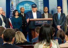 Tisková konference štábu prezidenta Trumpa; Foto: Bílý dům / Wikimedia Commons