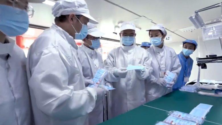 Výroba zdravotních roušek; Foto: Repro Sputnik