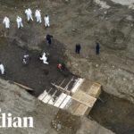 VIDEO: V New Yorku začali pohřbívat oběti koronaviru do masových hrobů