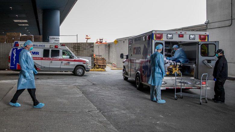 Zdravotníci u provizorní nemocnice v New Yorku; Foto: Barry Riley (US Navy) / Wikimedia Commons