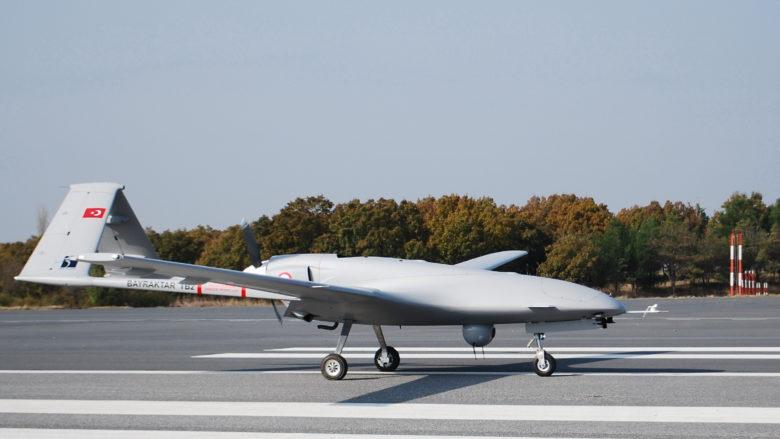 Turecký vojenský bezpilotní letoun Bayraktar TB2; Foto: Bayhaluk / Wikimedia Commons