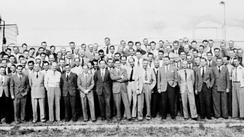 Skupina 104 německých raketových vědců v roce 1946 v USA, včetně Wernhera von Brauna; Foto: Wikimedia Commons