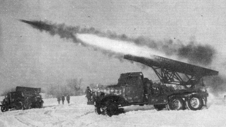 Kaťuša při odpálení rakety; Foto: St. Iwan / Wikimedia Commons