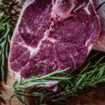 BLOOMBERG: Maso se v USA stává potravinou pro bohaté