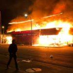 VIDEO: Minneapolis v plamenech. V USA sílí protesty proti policejní brutalitě