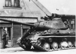 Sovětský tank IS-2 během postupu v květnu 1945 v Čechách; Foto: Vojenský historický ústav