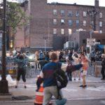 POLICIE používá proti protestujícím v USA gumové projektily, které zmrzačují