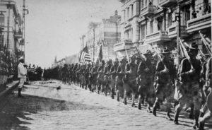 Americká vojska v srpnu 1918 během průvodu před ústředím Československé legie ve Vladivostoku; Foto: Wikimedia Commons