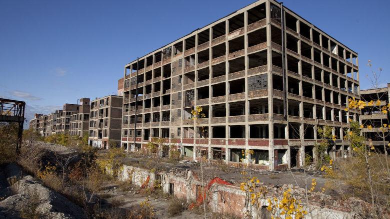 Opuštěná automobilová továrna v Detroitu; Foto: Albert Duce / Wikimedia Commons