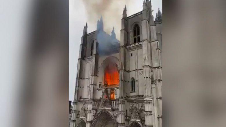 Záběr na hořící katedrálu v Nantes; Reprofoto: Twitter @JnoelValentin