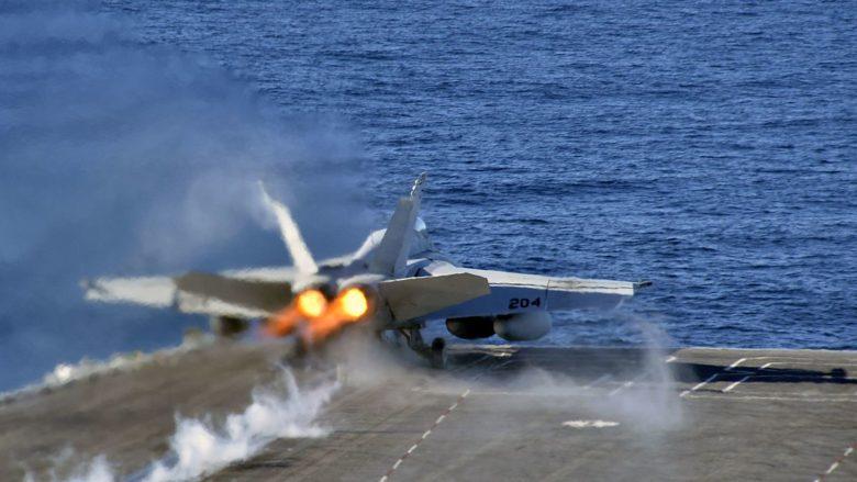 Stíhací letoun F/A-18E Super Hornet startuje z letadlové lodi USS Nimitz; Foto: Chad D. Anderson / US Navy / Wikimedia Commons