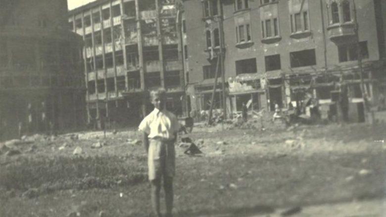 Následky bombardování na Smetanově náměstí v Ostravě; Foto: Julius Vykoukal