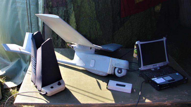 """Taktický bezpilotní prostředek kategorie """"mini"""" RQ-11B Raven 102; Foto: Karel Šubrt / Wikimedia Commons"""