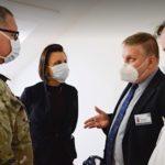 BLAMÁŽ: Američtí lékaři, kteří přijeli pomáhat proti koronaviru, u nás nemohou léčit