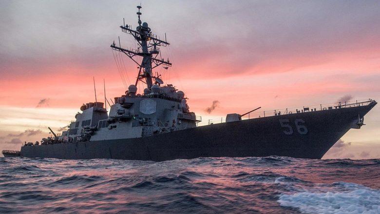 Americký torpédoborec John McCain; Foto: James Vazquez / Wikimedia Commons