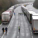 VIDEO: Tisíce řidičů kamionů přivítaly ve Velké Británii Vánoce na dálnici