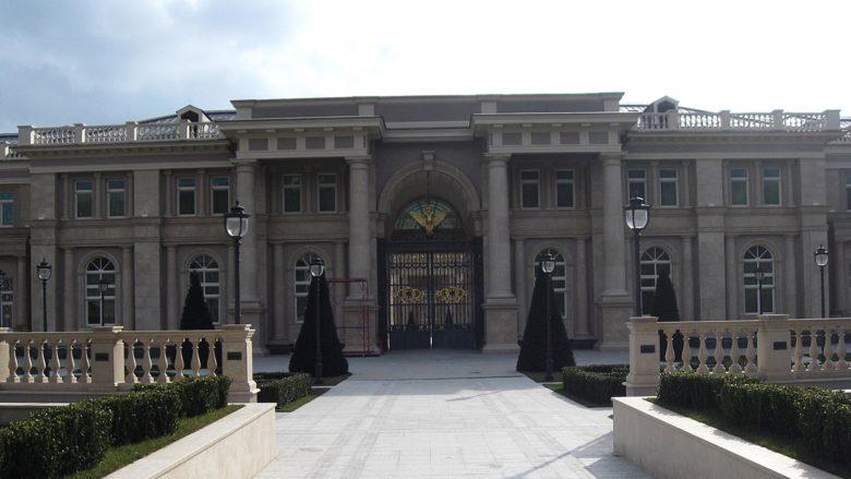 """Vstup do objektu označovaného jako """"Putinův palác""""; Foto: Ochrana životního prostředí pro severní Kavkaz / Wikimedia Commons"""