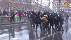 VIDEO: Protesty v Paříži byly brutálně potlačeny policií