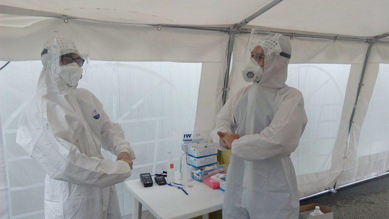 Pracovníci odběrového místa na testování onemocnění COVID-19; Foto: Czeva / Wikimedia Commons