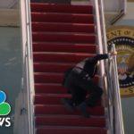 VIDEO: Americký prezident Joe Biden třikrát spadl na schůdcích do letadla