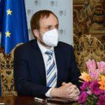 KULHÁNEK si předvolá britského velvyslance kvůli urážkám českých dětí