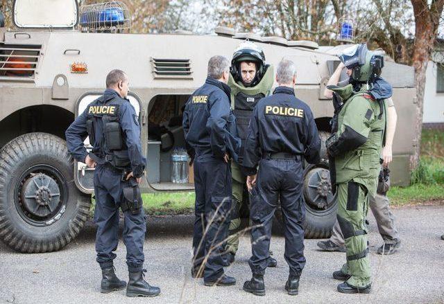 Policejní pyrotechnici ve Vrběticích v roce 2014; Foto: Policie ČR