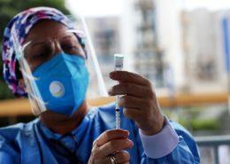 Očkování vakcínou Sinopharm v Peru; Foto: Ministerstvo obrany Peru / Wikimedia Commons