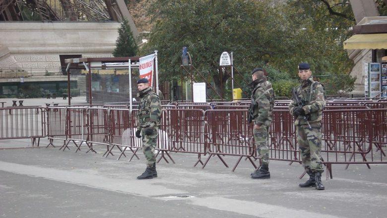 Francouzští vojáci u Eiffelovy věže v Paříži; Foto: Vania Teofilo / Wikimedia Commons