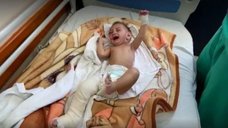 Pětiměsíční kojenec, který přežil izraelské bombardování; Foto: repro Reuters