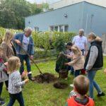 DĚTI vyhoštěných ruských diplomatů zasadily stromy a růže