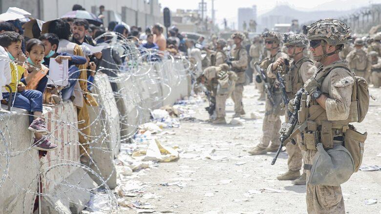 Situace na letišti v Kábulu je nepřehledná; Foto: Lance Cpl. Nicholas Guevara / Wikimedia Commons