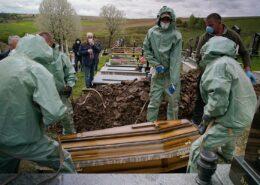 Pohřeb zesnulého pacienta s COVID-19 během pandemie na Ukrajině; Foto: Mstyslav Černov / Wikimedia Commons