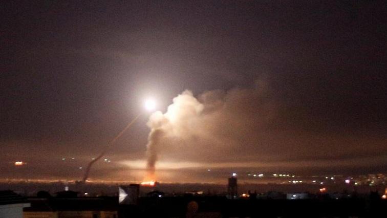 Syrská protivzdušná obrana odráží izraelský útok; Foto: Twitter SABC News
