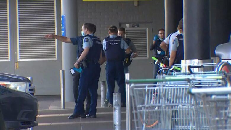 Policisté při zásahu proti útočníkovi na Novém Zélandu; Foto: Repro YouTube BBC